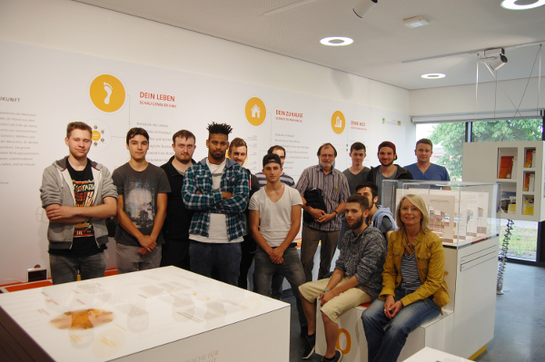 Elektroniker für Energie- und Gebäudetechnik der Klasse 11 a besuchten das Energie Efficiency Center und seine Ausstellung im Info-Center KLIMA-UMWELT-ENERGIE am ZAE Bayern in Würzburg