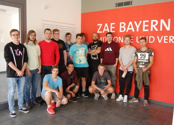 Elektroniker für Energie- und Gebäudetechnik der Klasse 11 c besuchten das Energie Efficiency Center und seine Ausstellung im Info-Center KLIMA-UMWELT-ENERGIE am ZAE Bayern in Würzburg