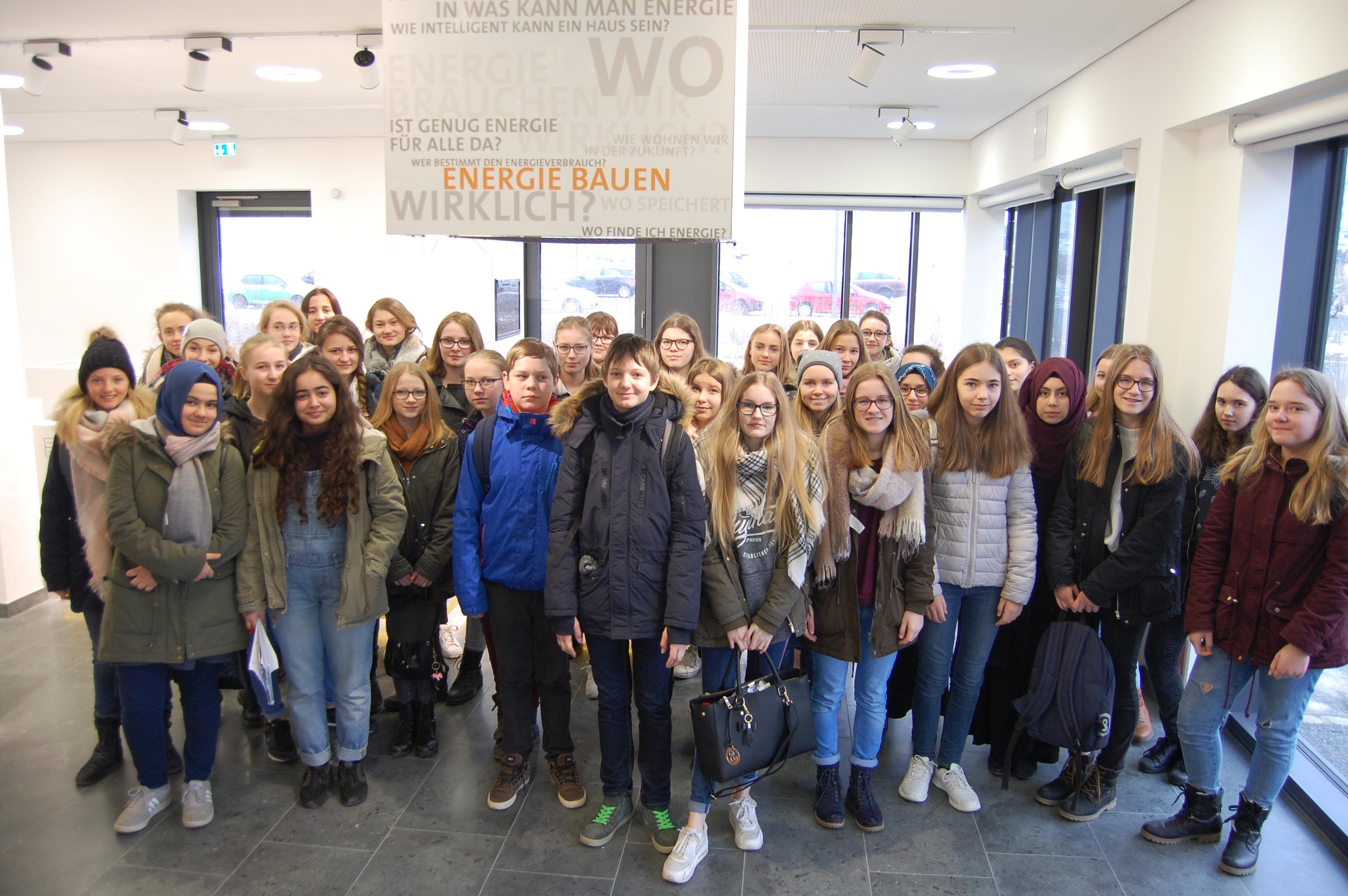 Drei 8. Klassen des Olympia-Morata-Gymnasium besuchten das Energy Efficiency Center und die Ausstellung KLIMA-UMWELT-ENERGIE am ZAE Bayern